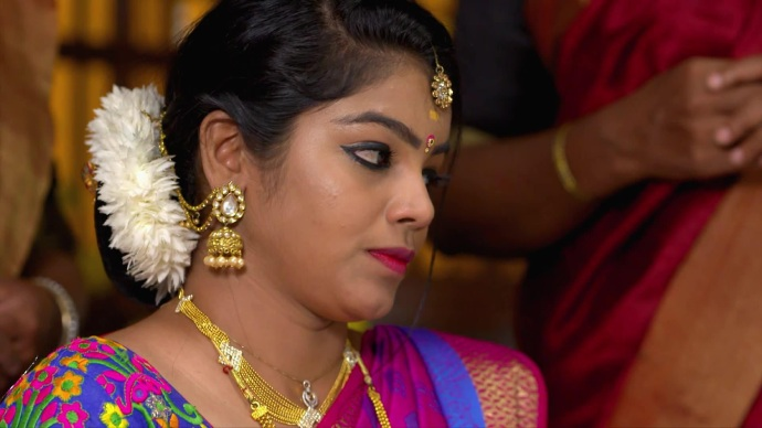 Ganga makes Kalyani put Mehandi on her feet (source:ZEE5)