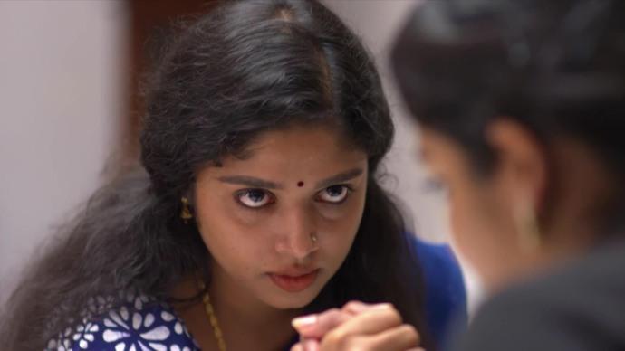 Kalyani accepts the challenge to armwrestle Ganga (Source:ZEE5)