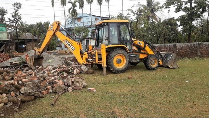 Chhatarpur Farmer Lays Down In Front Of JCB To Stop His Land From Getting Destroyed