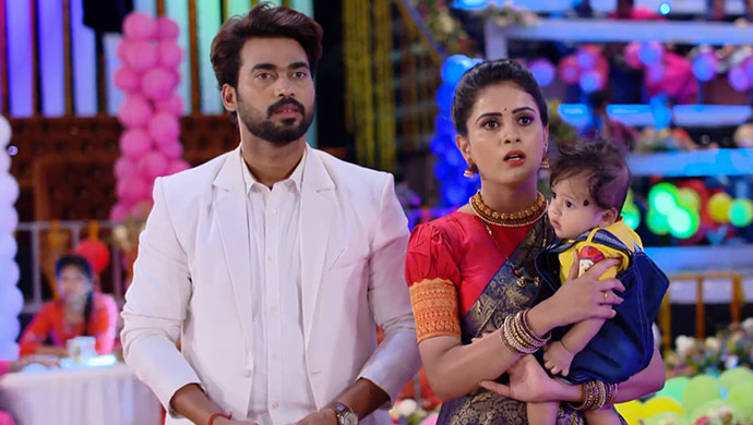 Deva and Parvathi react to Akhila's words in Muddha Mandaram (Source: ZEE5)