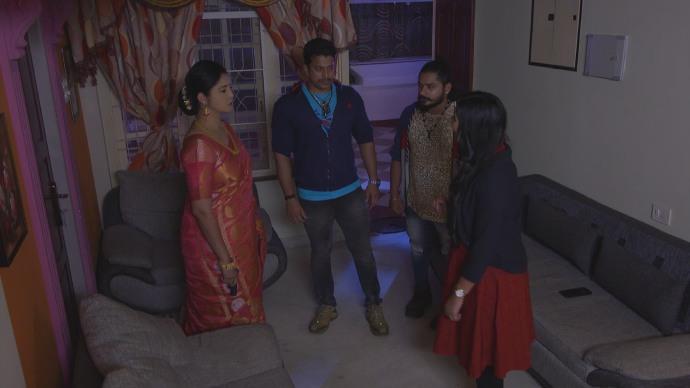 Priyanka's goons stand with Akhila (source:ZEE5)