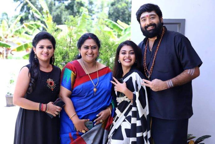 Pookalam Varavayi Stars Niranjan Nayar And Mridhula Vijai Share Fun Location Snaps