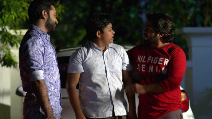 Anand and Aravind consoles Aniyankuttan (source:ZEE5)