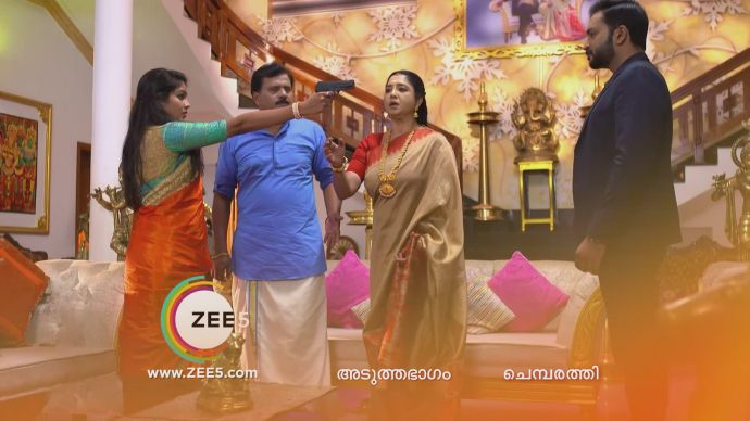 Ganga snatches Akhila's gun (Source:ZEE5)