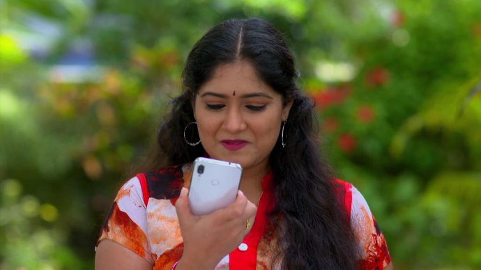 Samvrutha gets a new phone (source:ZEE5)
