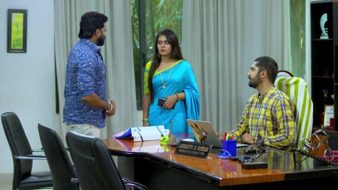 Sharath continue his discussion with Samyuktha and Abhimanyu (source:ZEE5)
