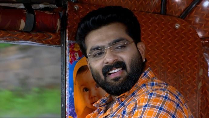 Sharath flirts with Samvrutha (source:ZEE5)