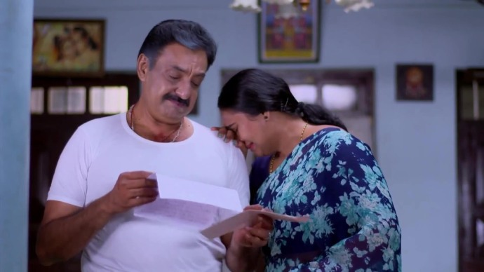 Yatheenthran and Parvathy finds Nithya's letter (source:ZEE5)