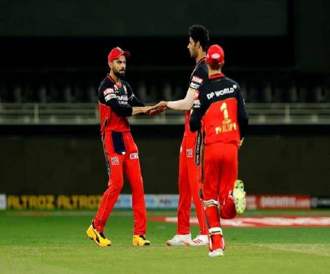 IPL 2020: पंजाब के खिलाफ मैच में स्लो ओवर रेट के लिए RCB के कप्तान विराट कोहली पर लगा जुर्माना