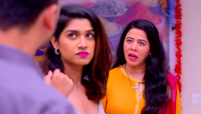 Mazhya Navryachi Bayko 16 September 2020 Spoiler: Radhika Stands By Shanaya's Side Against Gurunath