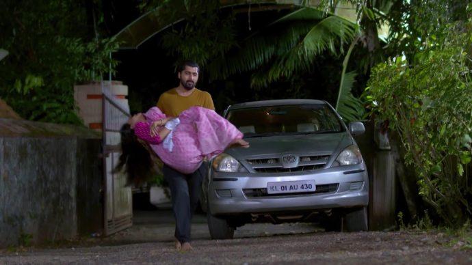 Abhimanyu carries Samyuktha to the hospital (source:ZEE5)