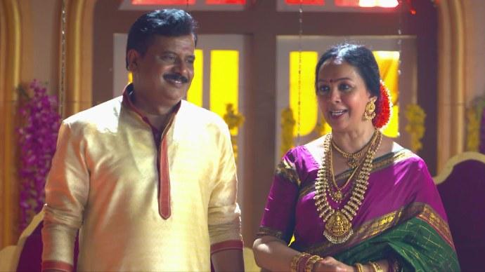 Akhila and Krishnan go to the community marriage hall (source:ZEE5)