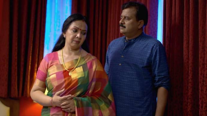 Akhila tells Krishnan about her worries (source:ZEE5)