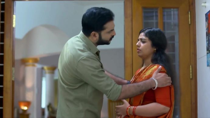 Anand consoles Kalyani (Source:ZEE5)