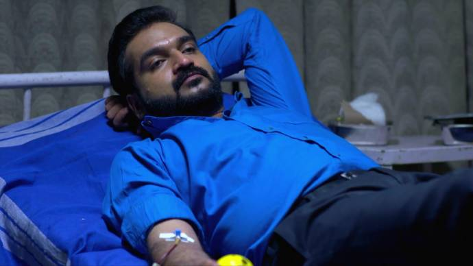 Anand donates blood for Das (source:ZEE5)