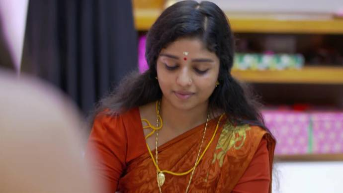 Chembarathi 15 September 2020 Spoiler: Will Kalyani be able to hide her thali from Akhila?