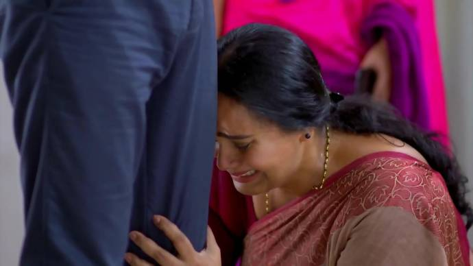 Parvathy falls on Abhimanyu's feet crying (source:ZEE5)