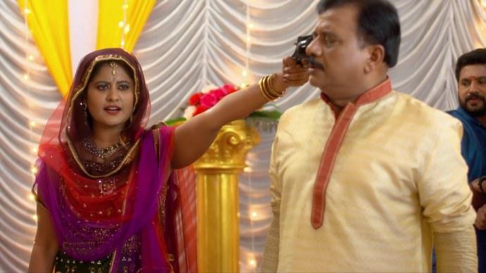 Priyanka threatens the family (source:ZEE5)