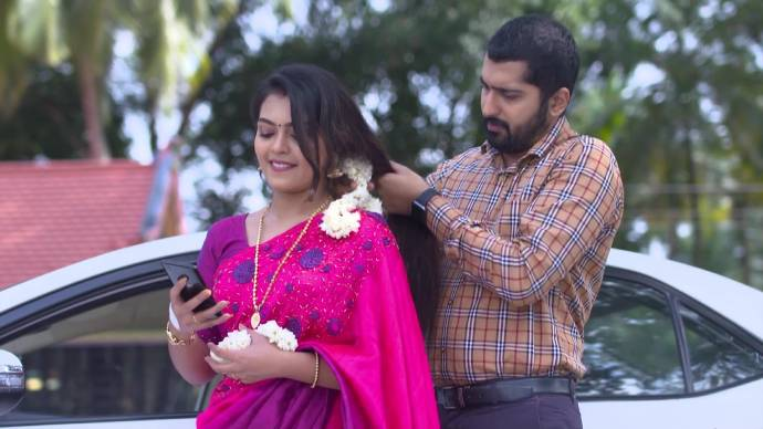 Pookalam Varavayi 22 September 2020 Spoiler: Abhimanyu and Samyuktha share a romantic moment!