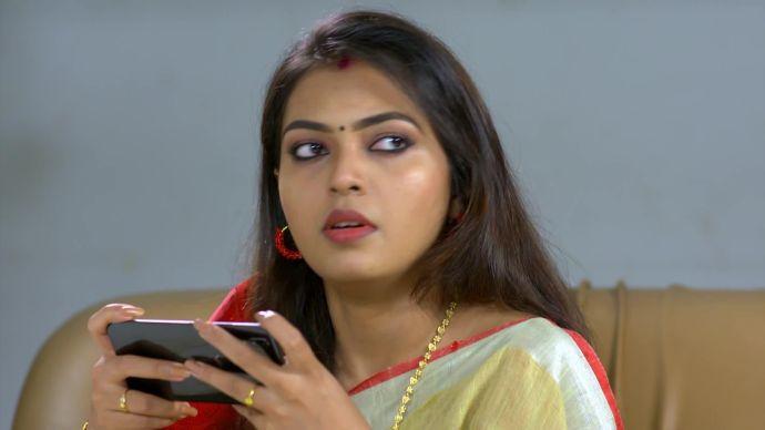 Samyuktha gets shocked by Sruthi's call (source:ZEE5)