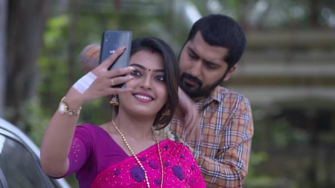 Samyuktha takes a selfie while Abhimanyu fixes the garland in her hair (source:ZEE5)