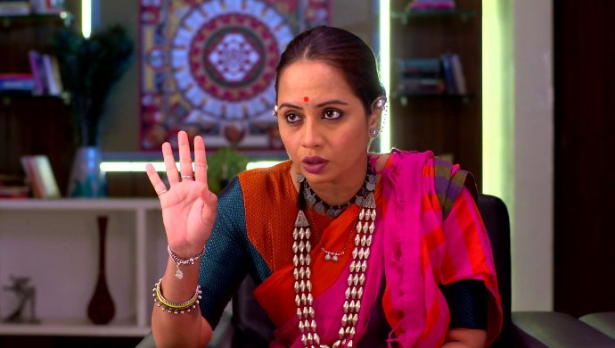 Smita Tambe's Look As The Lady Don Mummy From Ladachi Me Lek Ga Decoded