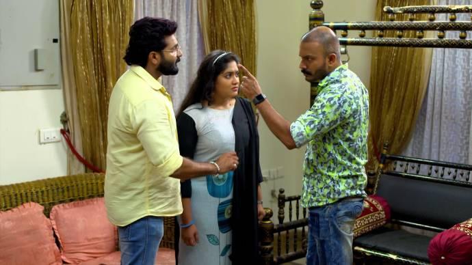 Sudheesh intimidates Sarath and Samvrutha (source:ZEE5)