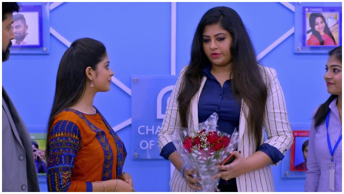 Neethane Enthan Ponvasantham: Suryaprakash Gives Anu A Bouquet As A Token Of Appreciation