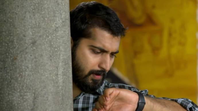 Abhimanyu gets tired of waiting (source:ZEE5)