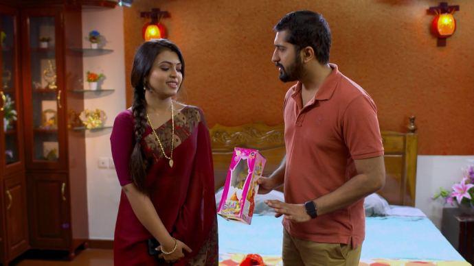 Abhimanyu gives Samyuktha a new doll (source:ZEE5)