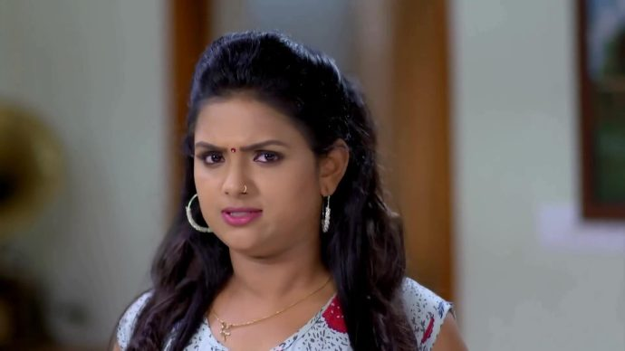 Avantika decides to steal the number from Samyuktha's phone (source:ZEE5)