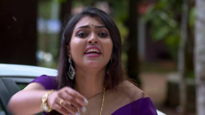 Samyuktha tries to alert Abhimanyu (source:ZEE5)