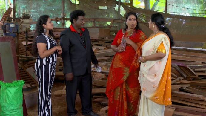 Sharmilla and Soudhamini pay the actors (source:ZEE5)