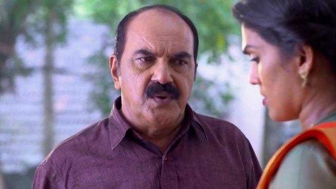 Sujatha tells Das about Kalyani's sarees (source:ZEE5)