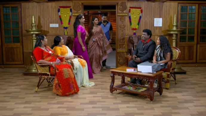 The new visitors disturb Samyuktha and Abhimanyu (source:ZEE5)