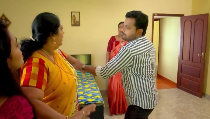 Ashokan slapping Sharmila in front of Samyuktha and Saudamini from Pookalam Varavayi