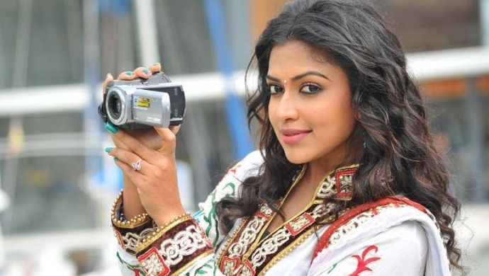 Amala Paul in Iddarammayilatho