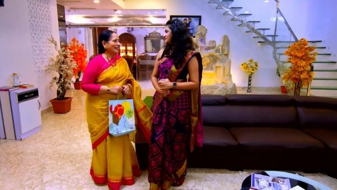 Manasi and Sharada in Neethane Enthan Ponvasantham