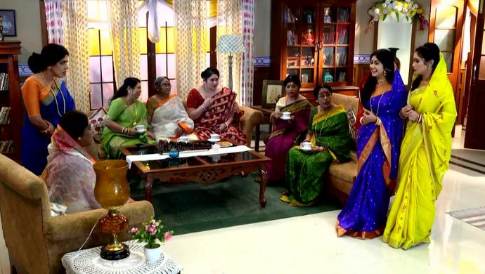 Mukherjee family & neighbours in Aparajita Apu