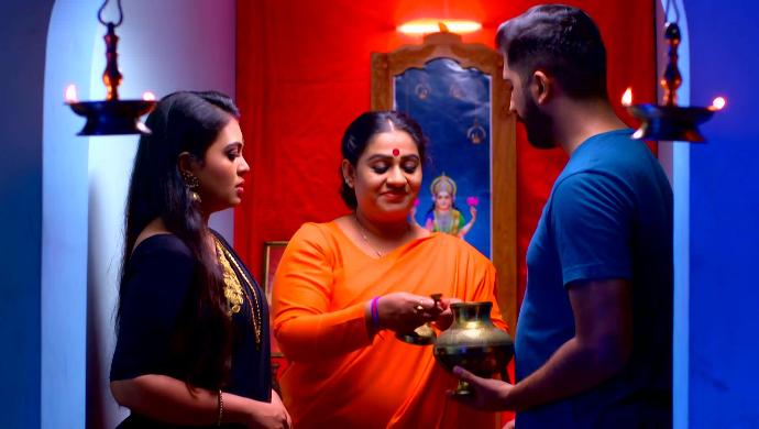 Samyuktha, Kalyani and Abhimanyu (Pookalam Varavayi)