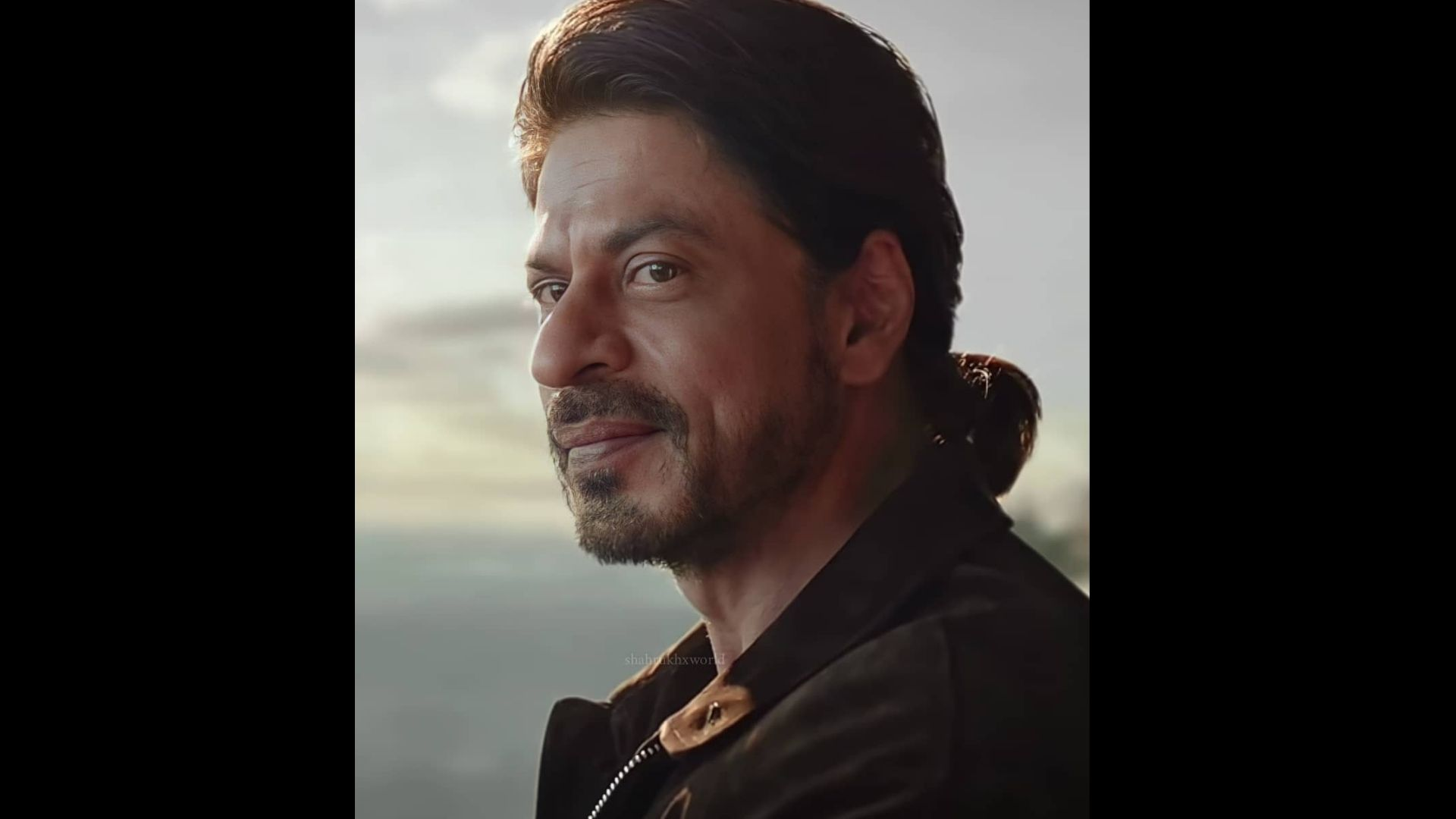 Shah Rukh Khan Throws Phone Off The Balcony; We Wonder What Actually Happened – VIDEO
