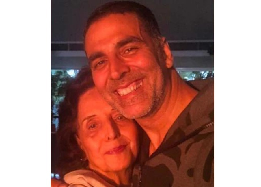Akshay Kumar Looks Distraught At Mother's Funeral; Attends Close Friend Aanand L Rai's Mother's Funeral Too