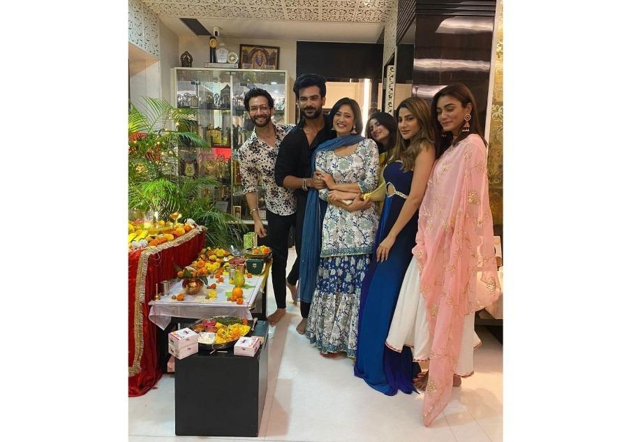 Khatron Ke Khiladi 11's Contestant Shweta Tiwari Celebrates Ganesh Utsav With Good Friend Vikas Kalantri Along With Daughter Palak Tiwari