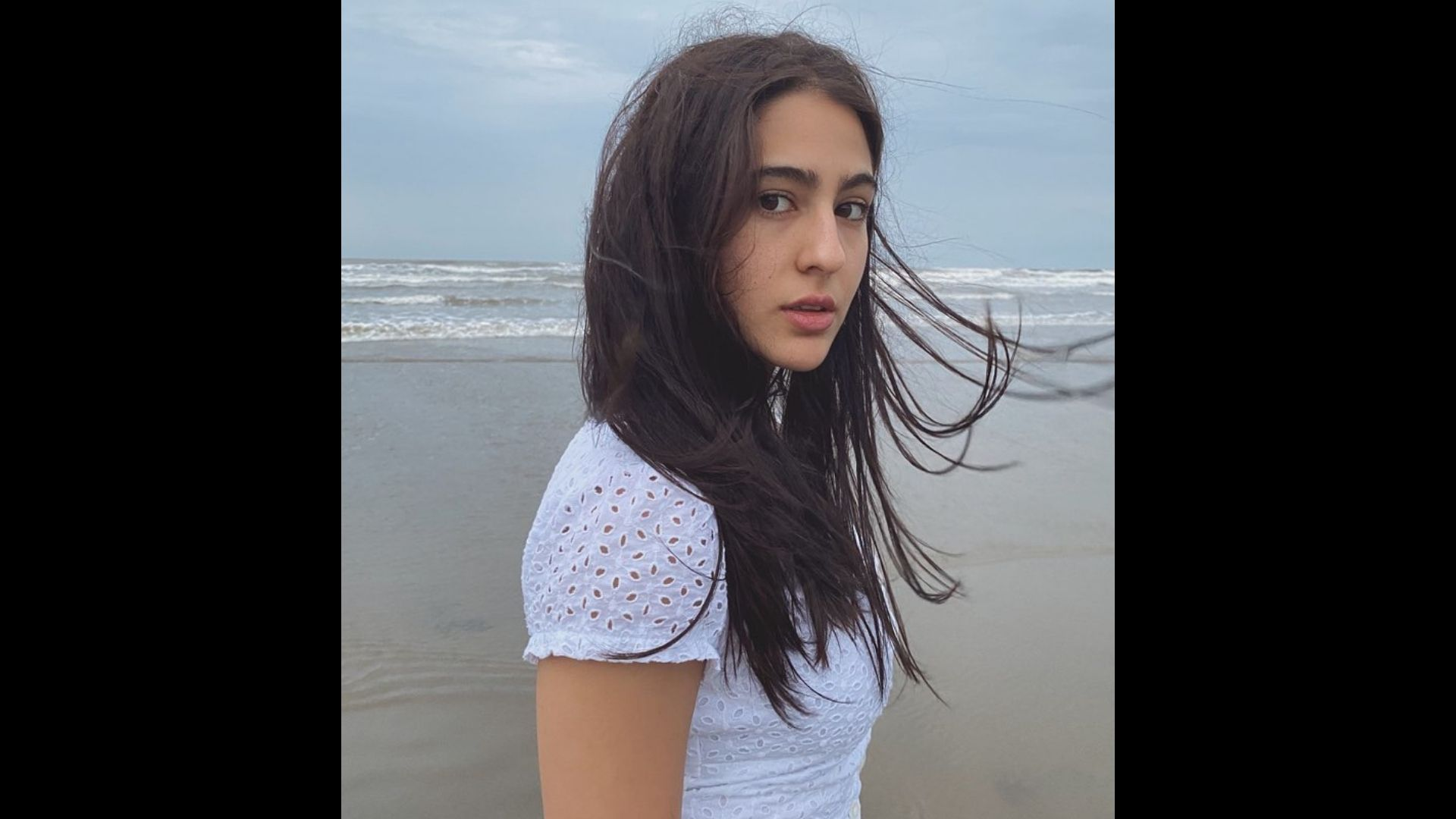 Sara Ali Khan Gets Snapped In An All White Gym Attire; Flashes A Million-Dollar Smile And Sends Fans In A Tizzy – SEE PICS