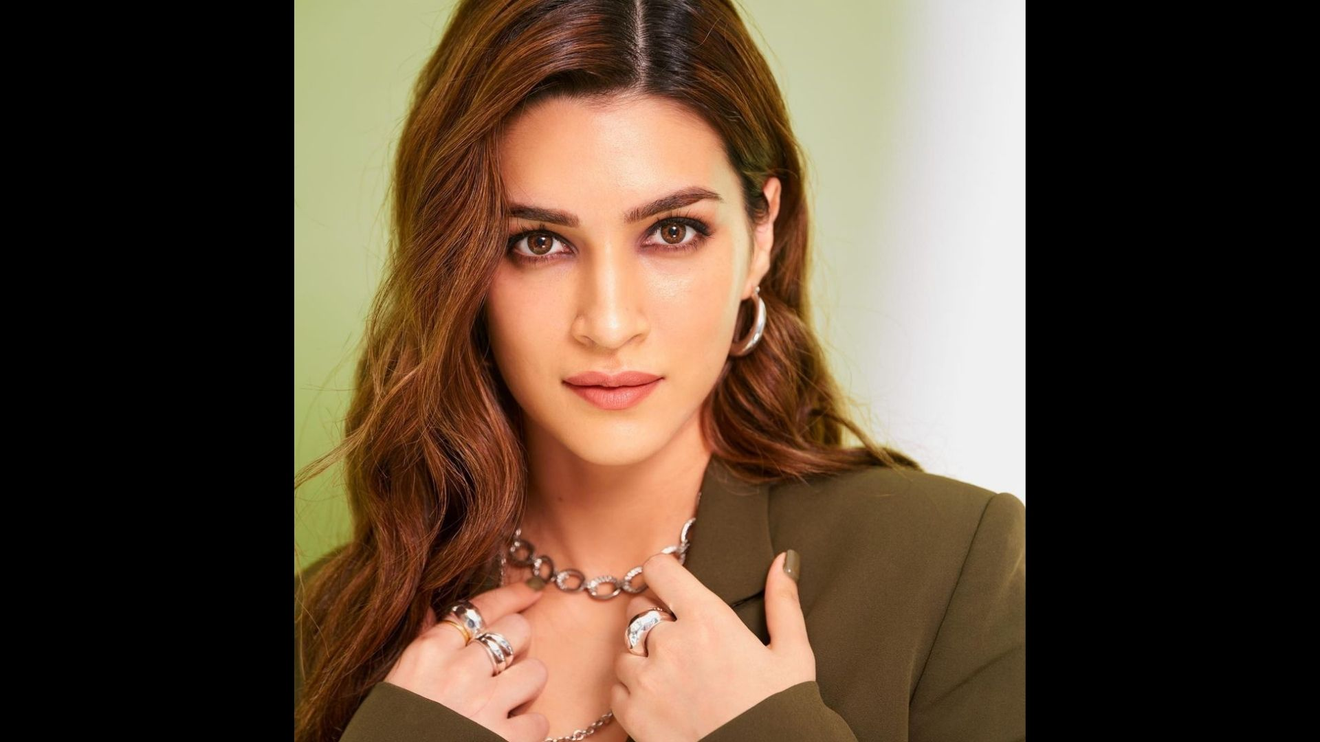 Kriti Sanon Acts Goofy During Her Photoshoot; Watch The Actress Hop-On IG Reels Trend And Ace Her Fashion Game